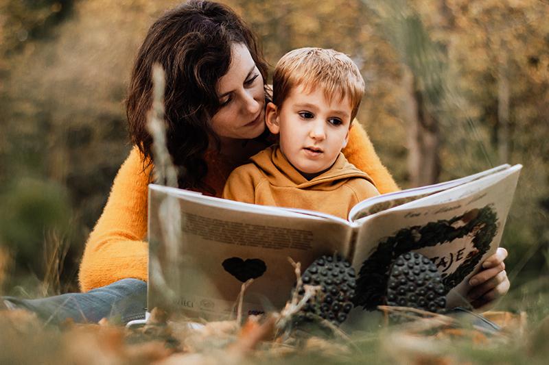 sesja mamy z synem w jesiennym lesie