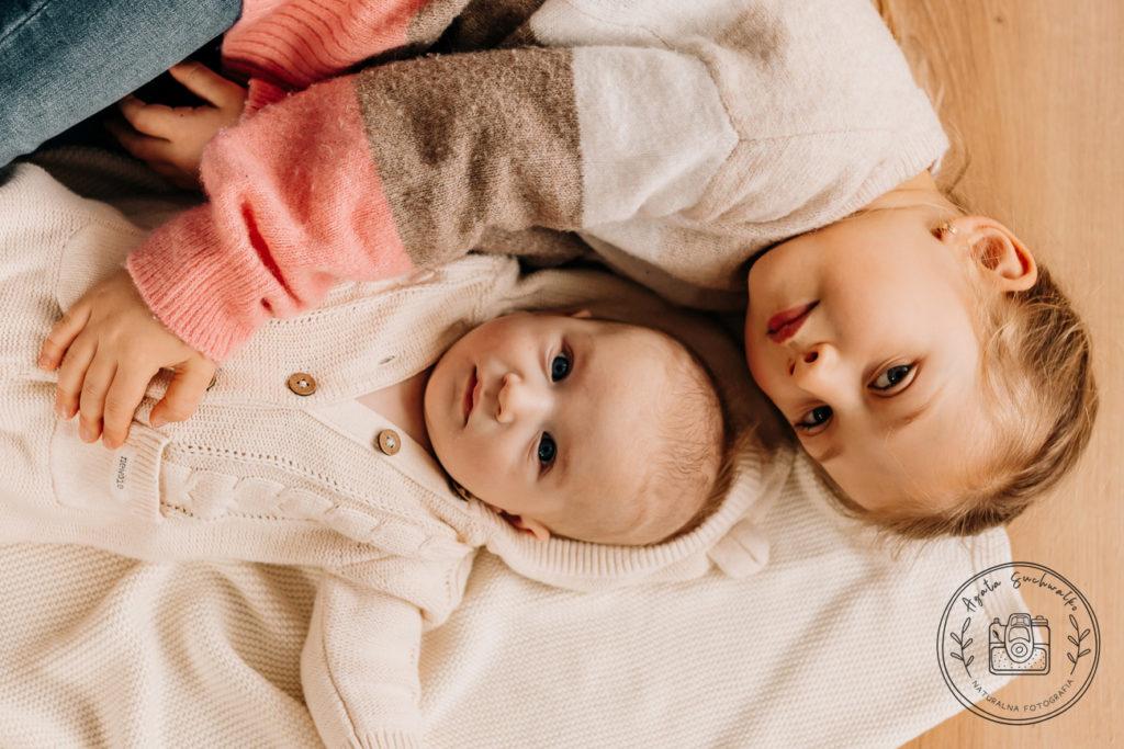 rodzeństwo przytula się podczas domowej sesji lifestyle